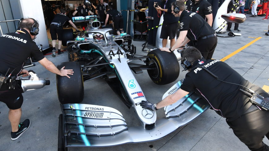 Formuła 1 – bolidy Williamsa na końcu stawki, Hamilton najszybszy